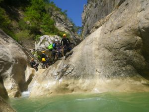 Au niveau des premiers sauts, le canyon est assez ouvert.