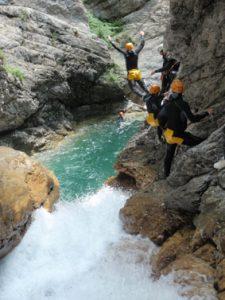 Rio Barbaira: joli saut à partir d'une main courante