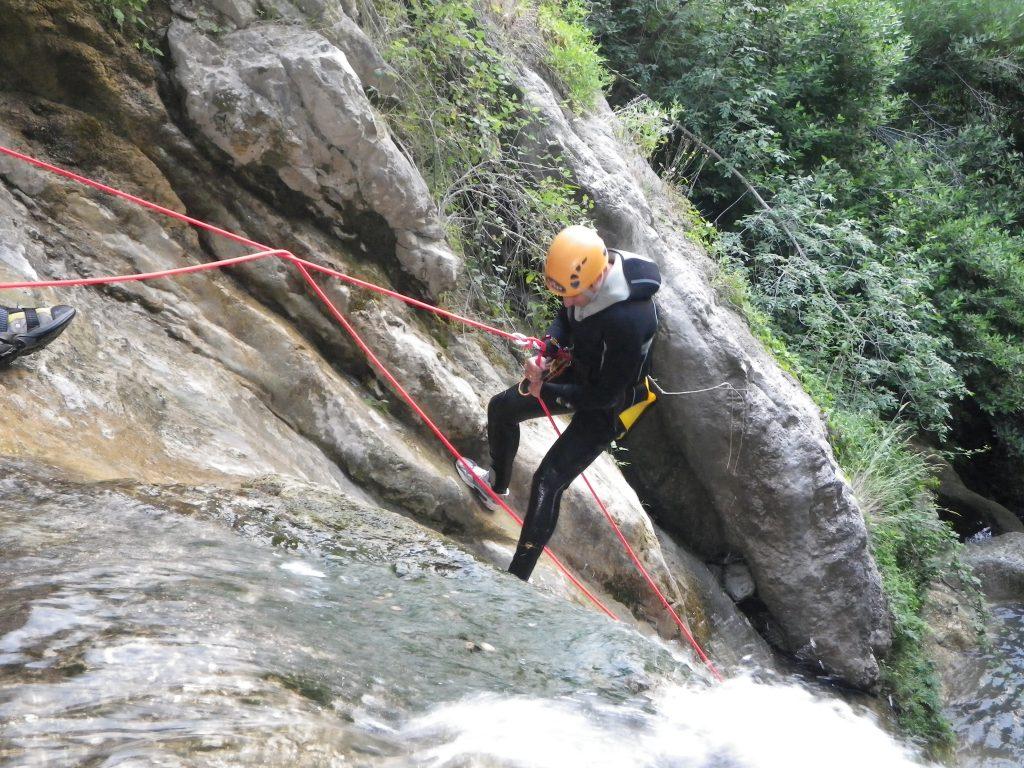 Descente en rappel dans le canyoning des Gorges du Loup près de Nice