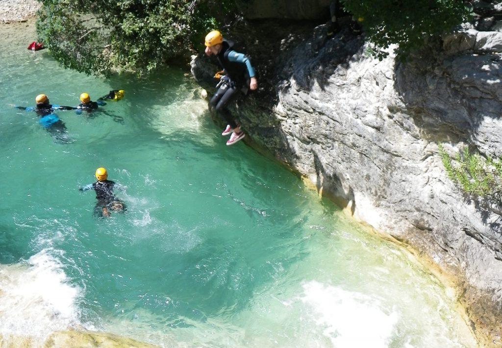 Canyoning Alpes Maritimes - un petit saut pour se mettre au frais