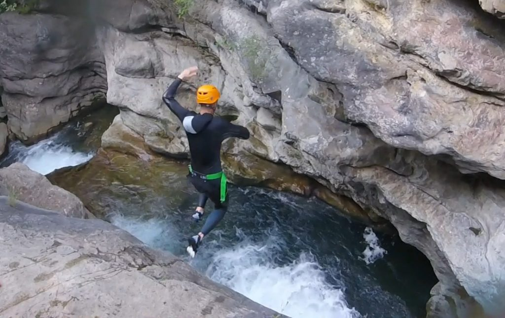 Canyoning à Nice - un grand saut dans les Gorges du Loup