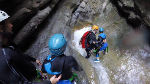 Le canyoning de Cramassouri est parfait pour débuter avec un enfant- un canyon facile pour une bonne sortie sportive familiale dans le 06